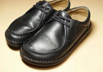 靴クリームでキレイに磨く