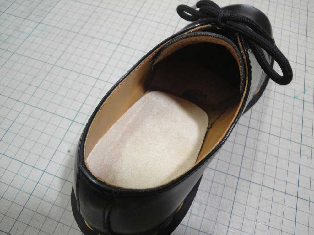 靴の中にカカト用ジェルパッドを入れる